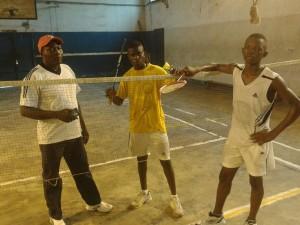 (L'entraineur Didier Sikila et les athlètes Tony Tshizanga et Nathan Okito lors d'une séance d'entrainement à Kinshasa)